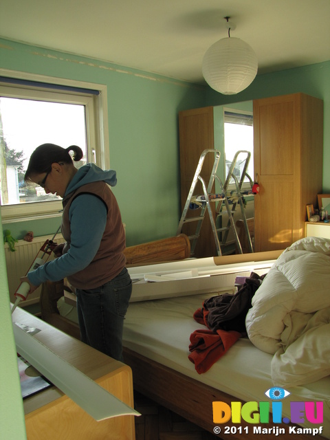 SX17192 Jenni DIYing putting up coving in bedroom