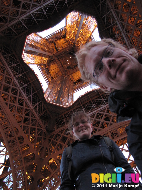 SX18672 Jenni and Marijn underneath Eiffel tower