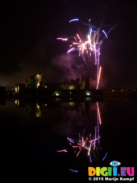 FZ024419 Fireworks over Caerphilly Castle