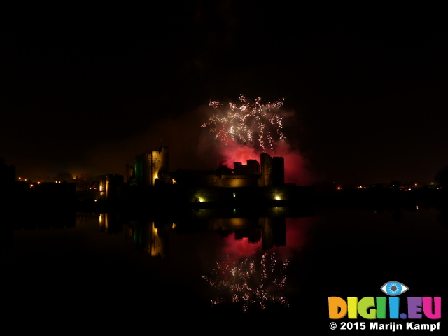 FZ024433 Fireworks over Caerphilly Castle