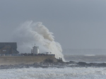 LZ01132 Massive wave at Porthcawl lighthouse.jpg
