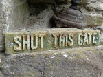 FZ018738 Shut this gate sign at Usk Castle.jpg